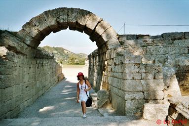 Ich vor dem Torbogen zum fr�heren Sportplatz in Olympia (antike Austragungsst�tte der Olympischen Spiele)
